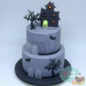 Bolo Halloween, com decoração em pasta americana e luzes que acendem na casa mal assombrada