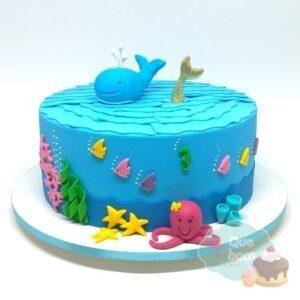 Bolo com decoração fundo do mar, contemplando baleia, sereia e vários elementos do tema