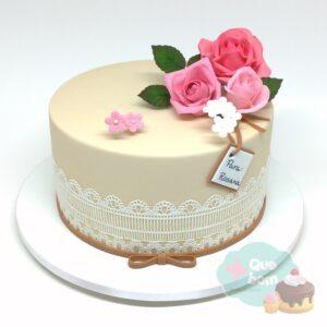 Bolo com decoração de renda e flores de açúcar